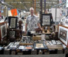 Antoine achter de kraam van Galerie Caroline, Swan Market, Tilburg , 12 juli 2015