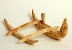 Outrigger canoe met tiki