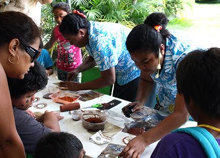 Zussen Vitacini Matemosi & Koto Kesubula (Fiji), bij demonstratie tapadecoreren, Pirae, Tahiti, 2014