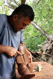 Jean Hapipi aan het werk, Hakahau - Ua Pou