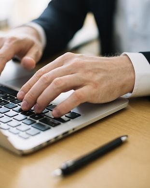 hombre-escribiendo-computadora-portatil-