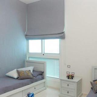 וילונות רומאיים אפורים לעיצוב חדר שינה