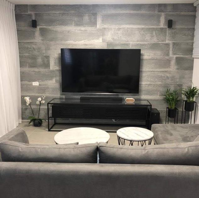 עיצוב קיר טלוויזיה באמצעות חיפוי מדגם: Loft concrete