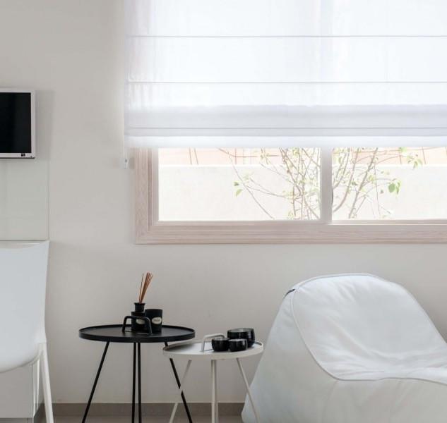 וילון גלילה רומאי לבן לעיצוב חדר שינה