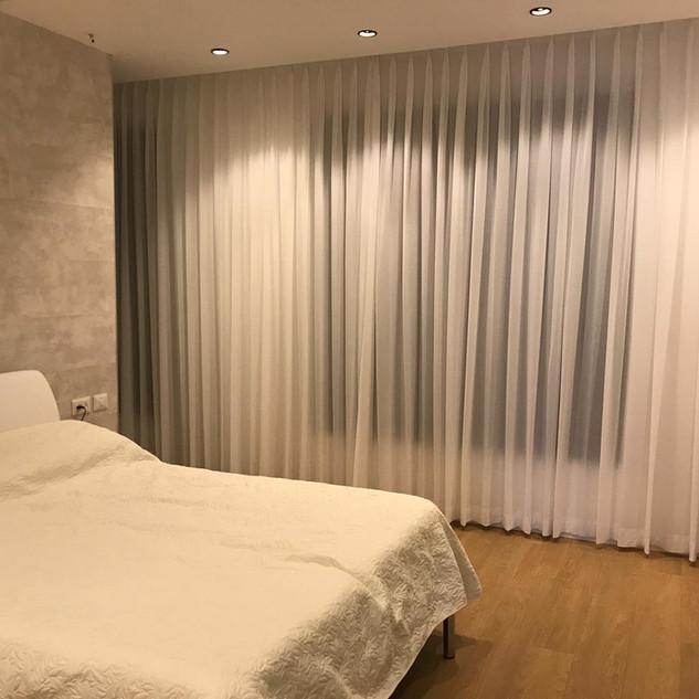 וילונות לבנים נעימים בחדר השינה