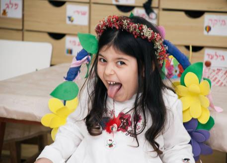 צילום אירועים של פעם בחיים - ילדה מוציאה לשון