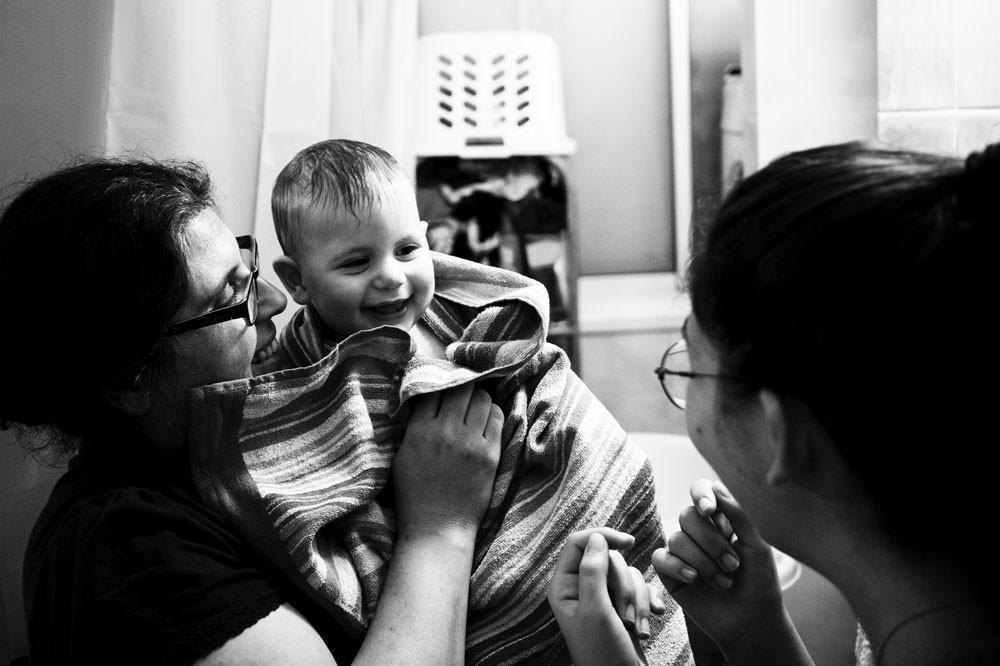 צילום ילדים ומשפחות תינוקת עטופה במגבת