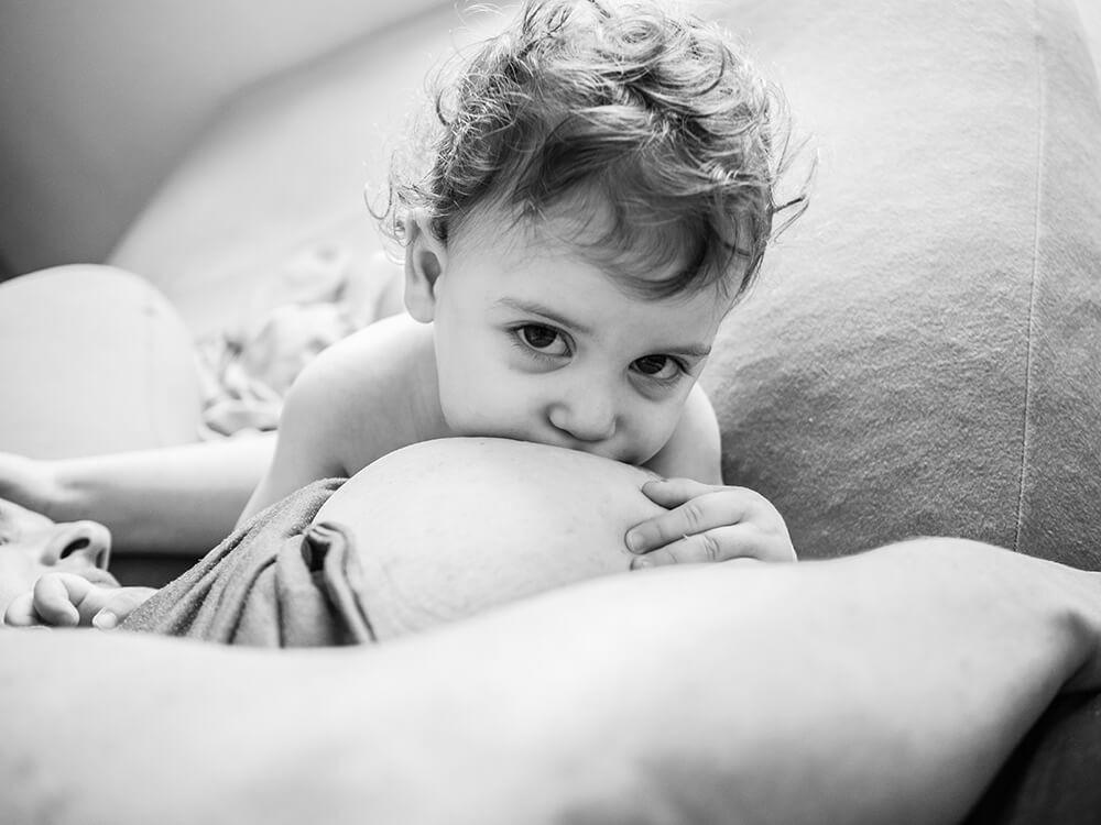 צילום ילדים ומשפחות - תינוקת יונקת
