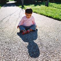 צילום ילדים ומשפחות  - תינוקת על השביל מטילה צל ענק