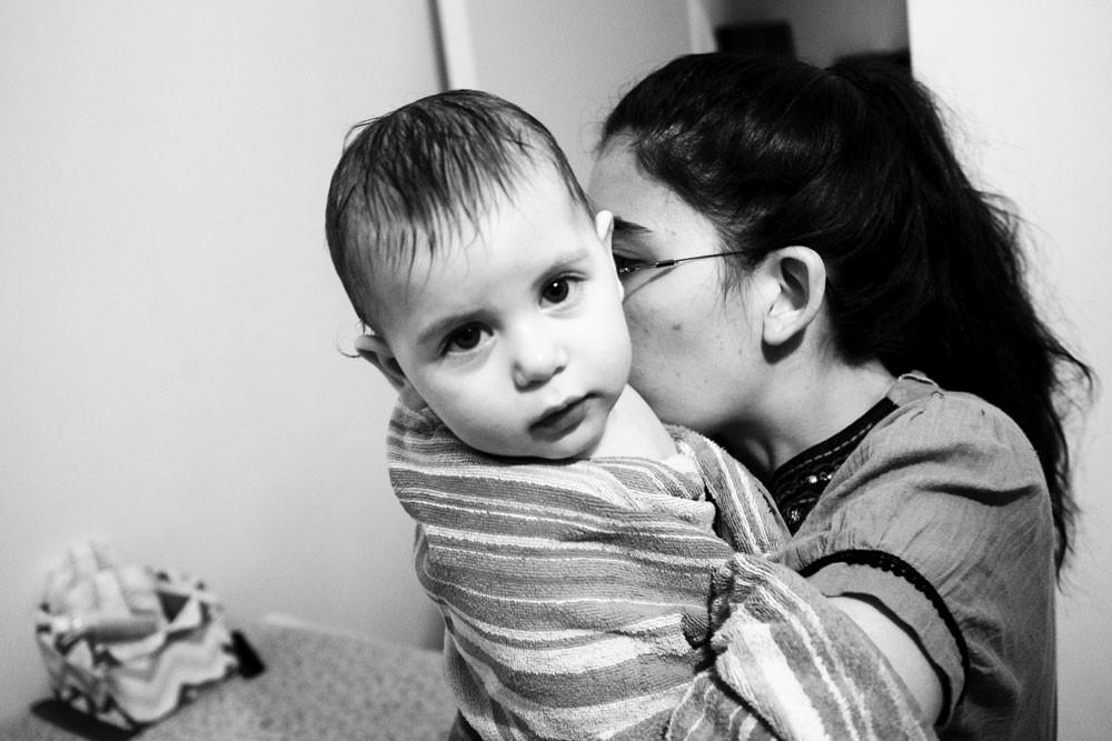 צילום ילדים ומשפחות - תינוקת עטופה במגבת