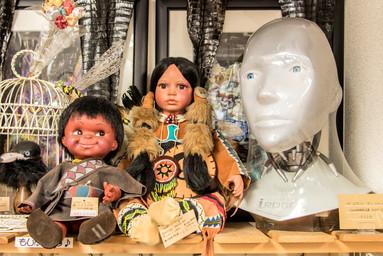 左:ハワイドール  SALE価格:¥2,500  中央:アメリカン インディアン ドール  店頭価格:¥29,000  右:アイ ロボット サニーヘッド(DVDケース) 店頭価格:¥8,000  店頭渡し限定:メールにてお問い合わせ下さい。
