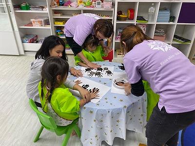江東区の幼児教室リッカウィズキッズアカデミーの授業風景 アートとセンサリーのレッスン