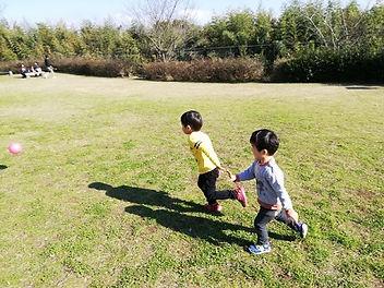 ボールを追いかける子供達