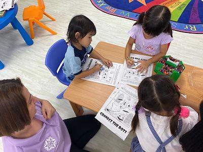 江東区の幼児教室リッカウィズキッズアカデミーの授業風景 塗り絵
