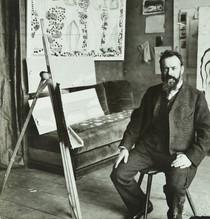 "Anton Krenn, Ferdinand Hodler assis dans son atelier, devant ""L'Émotion"" et ""Le Jour II"", 1908. Genève, Institut Ferdinand Hodler, IFH-2016-0002."