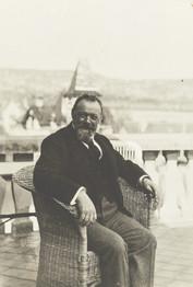 Auteur inconnu, Ferdinand Hodler sur la terrasse d'Oscar Schmidt à Wollishofen, assis, 1911. Genève, Institut Ferdinand Hodler, IFH-2015-0016.