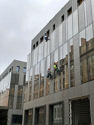 Nettoyage de vitres, travaux acrobatiques.