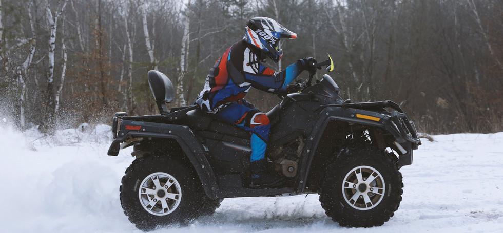 Quatre roues dans la neige