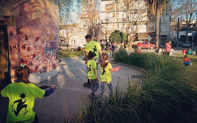 Tarde de rollers en la plaza Roca ! #rollearg #entrenamiento #littles #patin #actividad #academia #t