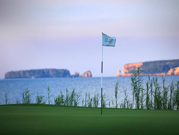 golf-grece-bay-course-green-drapeau-mer-