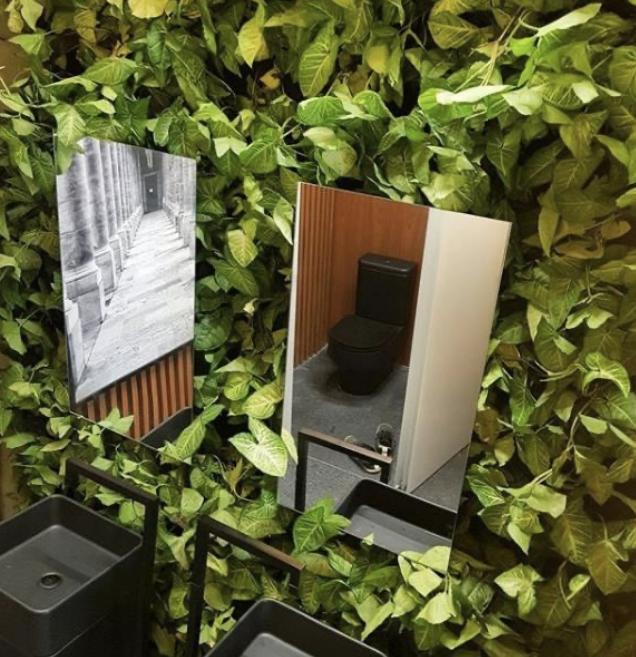 Jardim vertical em banheiro social Arquiteto Orácio.