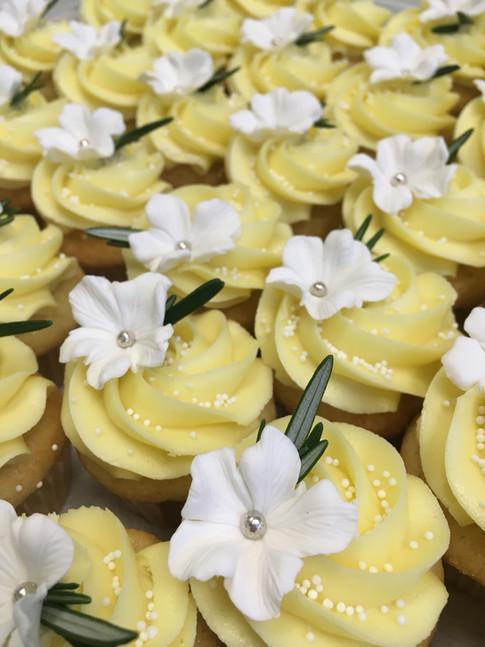 Farine-et-chocolat-cupcakes-jaune-frais-