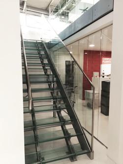 scala con gradini e balaustra in vet