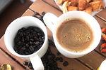 厳選した有機栽培豆をニセコの湧水で抽出したコーヒーは当店オリジナル。  カフェラテを始め、ココア、宇治抹茶、和紅茶等のラテやホットチョコレートがあります。各素材とスチームミルクが一体となり、ふんわり香り高い美味しさとなります。