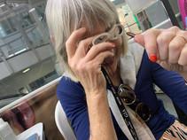 Mrs. Burger examinando una esmeralda con una lupa 10x para joyeria