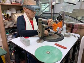 Maria, una talladora profesional, realizando el proceso de tallado de esmeraldas.