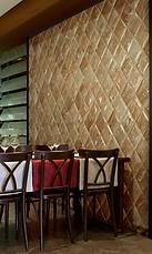 Богатая палитра натурального камня улавливается в нюансах и тонах роскошной плитки - два цветовых варианта, которой, также есть в коллекции/