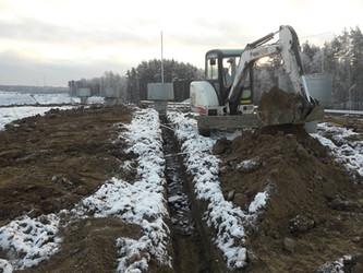 Мини экскаваторы в Калининграде: планировка участка, рытье траншей, установка бетонных колец, фундам