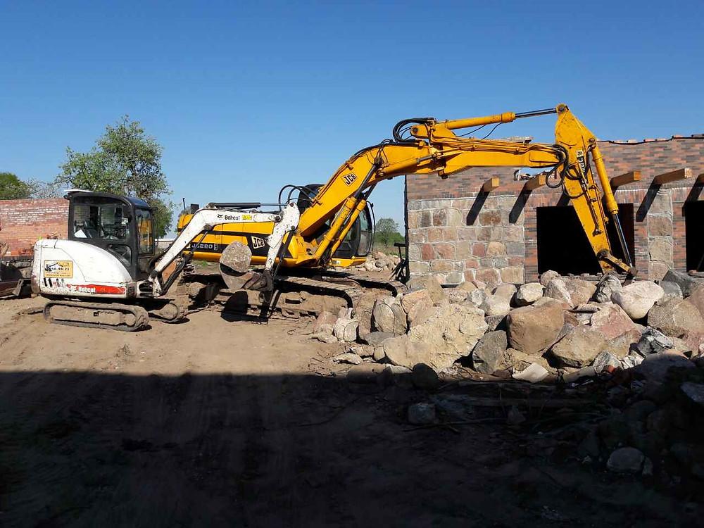 Экскаваторы выполняют совместную работу по перегрузке камня в пос.Талпаки Калининградской области
