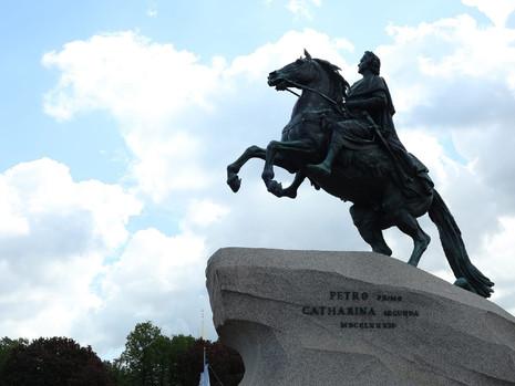 Возложение цветов к памятнику основателю Санкт-Петербурга – Петру I
