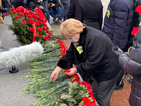 Возложение на Пискаревском мемориальном кладбище