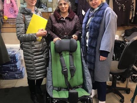 Парламентарий оказала содействие в приобретении прогулочной кресло-коляски для ребенка с диагнозом