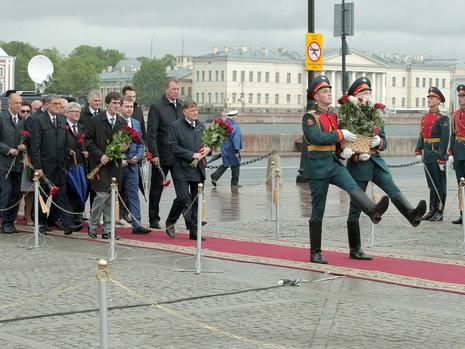 К памятнику основателю Санкт-Петербурга возложили цветы