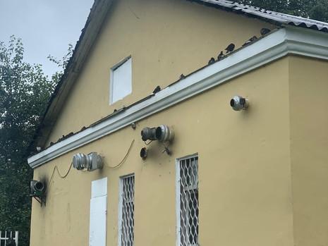 Демонтированы трубы на фасаде здания кафе у ж/д станции «Пискаревка»