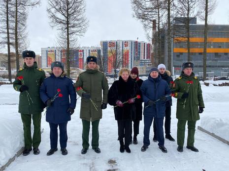 Сергеева почтила память героев Отечества
