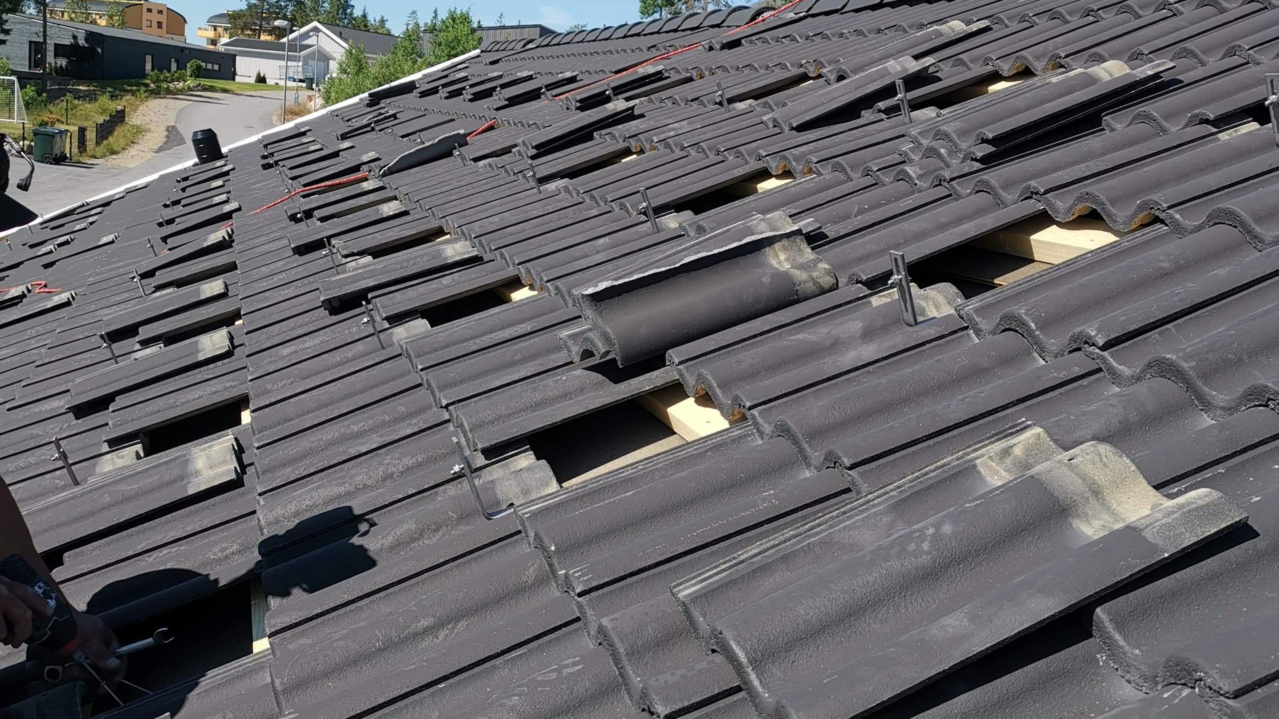 Montering av takkrokar som vi fäster i takstolarna under takpannorna
