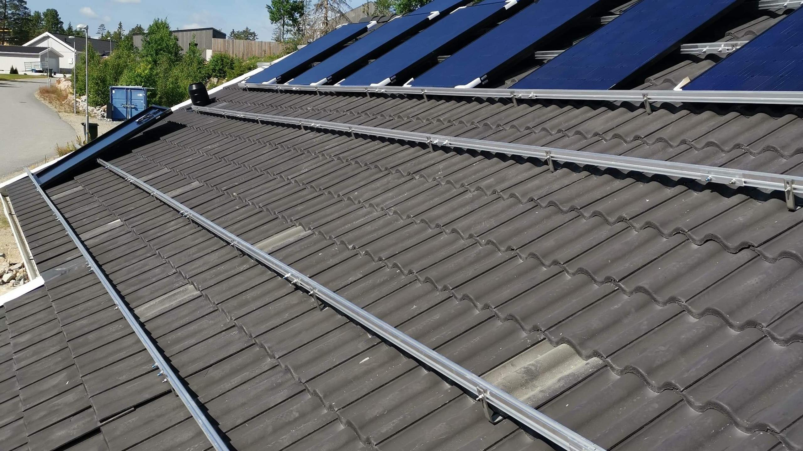 Skenorna på plats, och vi börjar bära upp panelerna på taket