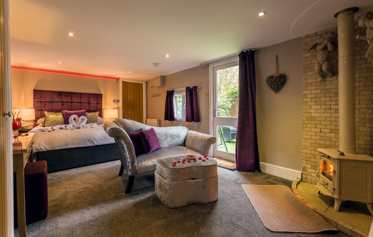 Aphrodites Log Cabin - Bedroom 03.jpg