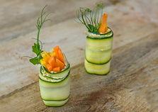 Fingerfood Firmenevents Zucchini Scheiben mit Hummus und Sesamkörnern