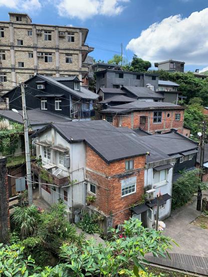 金瓜石聚落木板屋頂多採用瀝青作為防水層,每年都會修補上瀝青,成了房屋特殊景象。