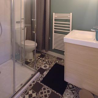 salle de bains carreaux de ciment et vert rivage