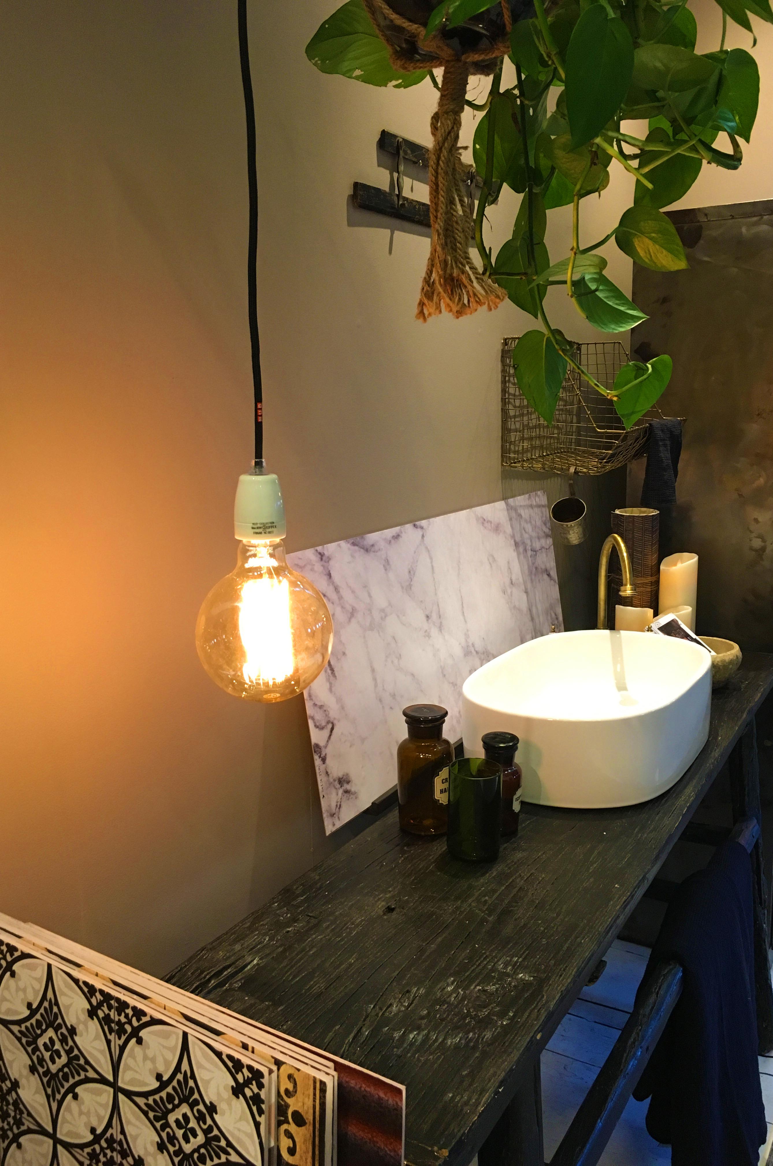 marbre, bois et lampe filament