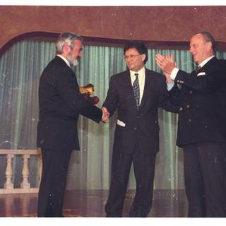 VI edición del Premio Araguaney de Ouro, premio a la Universidad de Santiago de Compostela, recoge el galardón D.. Darío Villanueva prieto , reitor da USC.