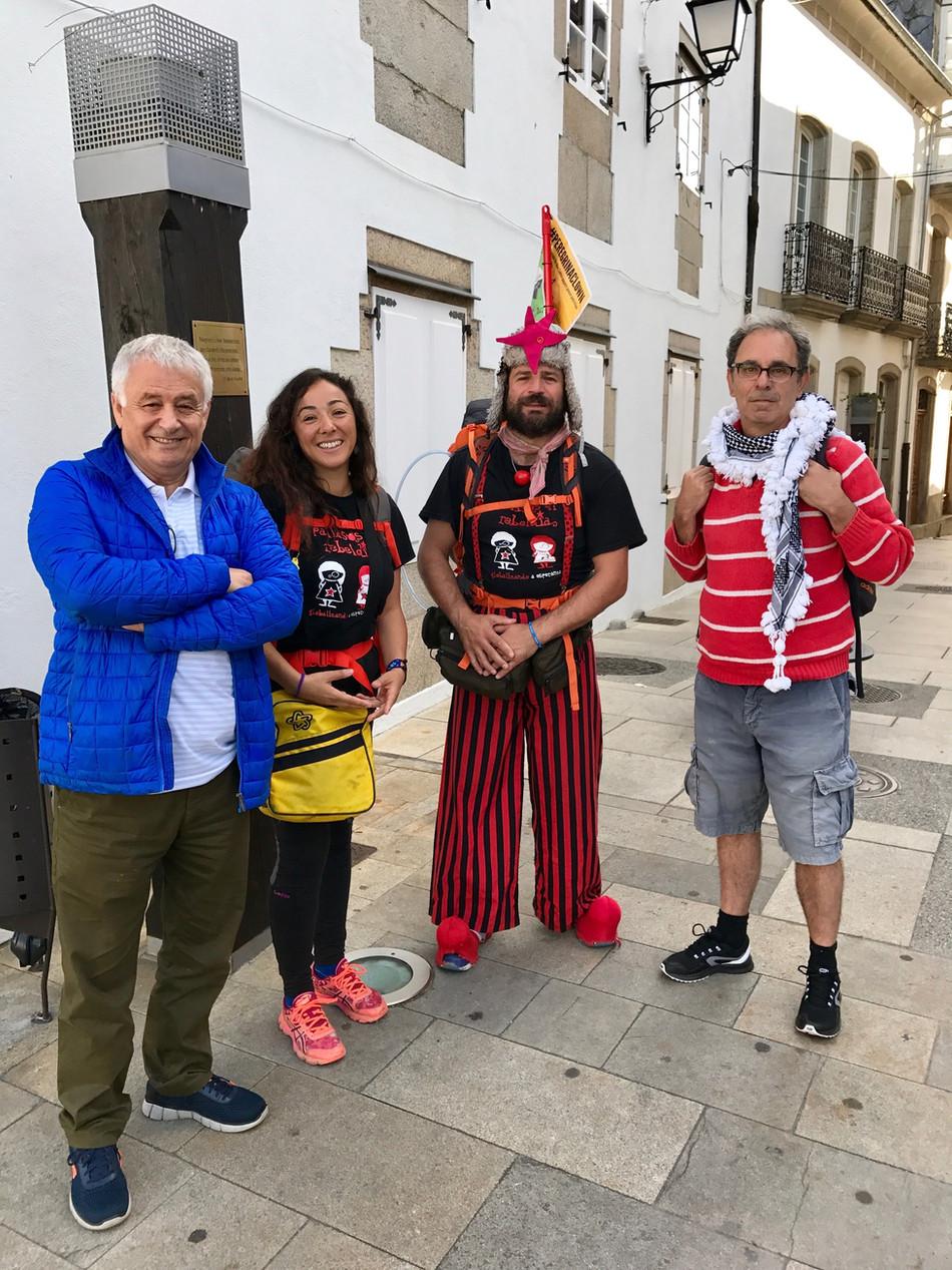 El clown Iván Prado avanza por tierras de Vilalba en su peregrinación a Santiago para solicitar la l