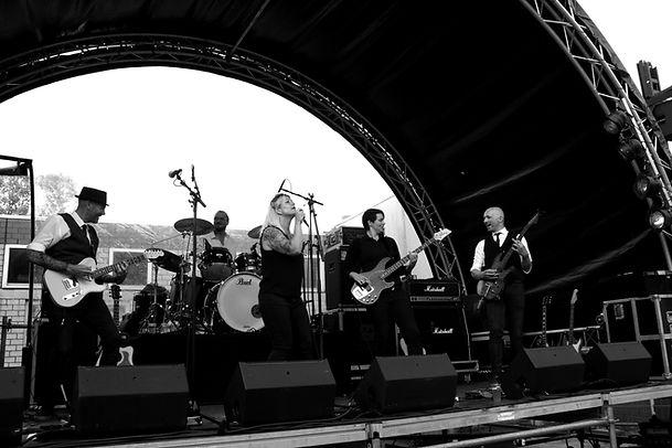 De band Square speelt op een bruiloft of feest in Zuid-Holland.