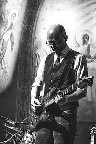 Bas is de gitarist van de feestband Square uit de regio Westland.